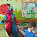 wolontariusze Fundacji Doktor Clown w stroju klauna