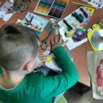 dzieci wykonujące ozdoby z płyt CD - ślimak