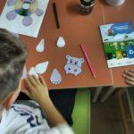 dzieci wykonujące ozdoby z płyt CD - hipopotam