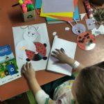 dzieci wykonujące ozdoby z płyt CD - biedronka