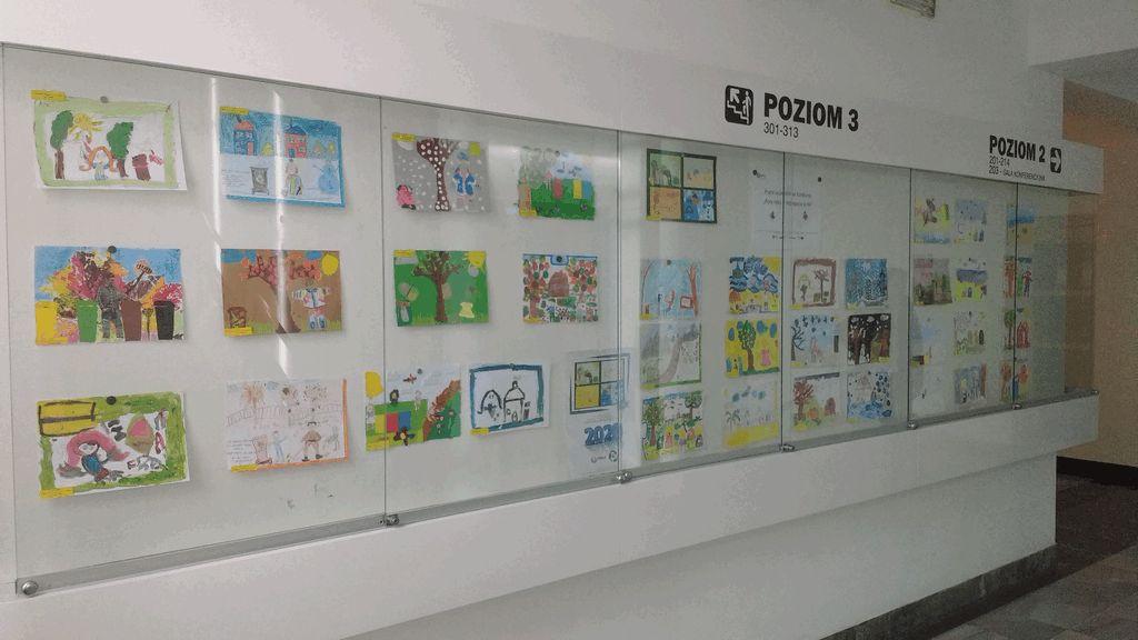 wystawa prac plastycznych Pory roku w segregacją w tle