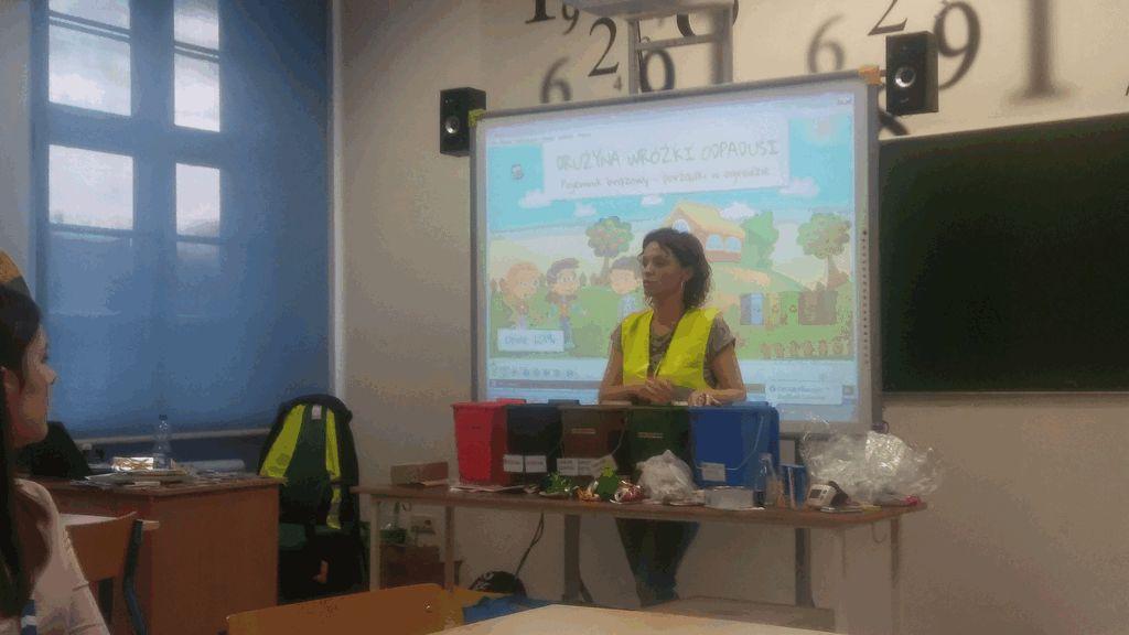 pracownik Wydziału Gospodarki Odpadami Komunalnymi podczas pokazu prelekcji edukacyjnej dla szkół