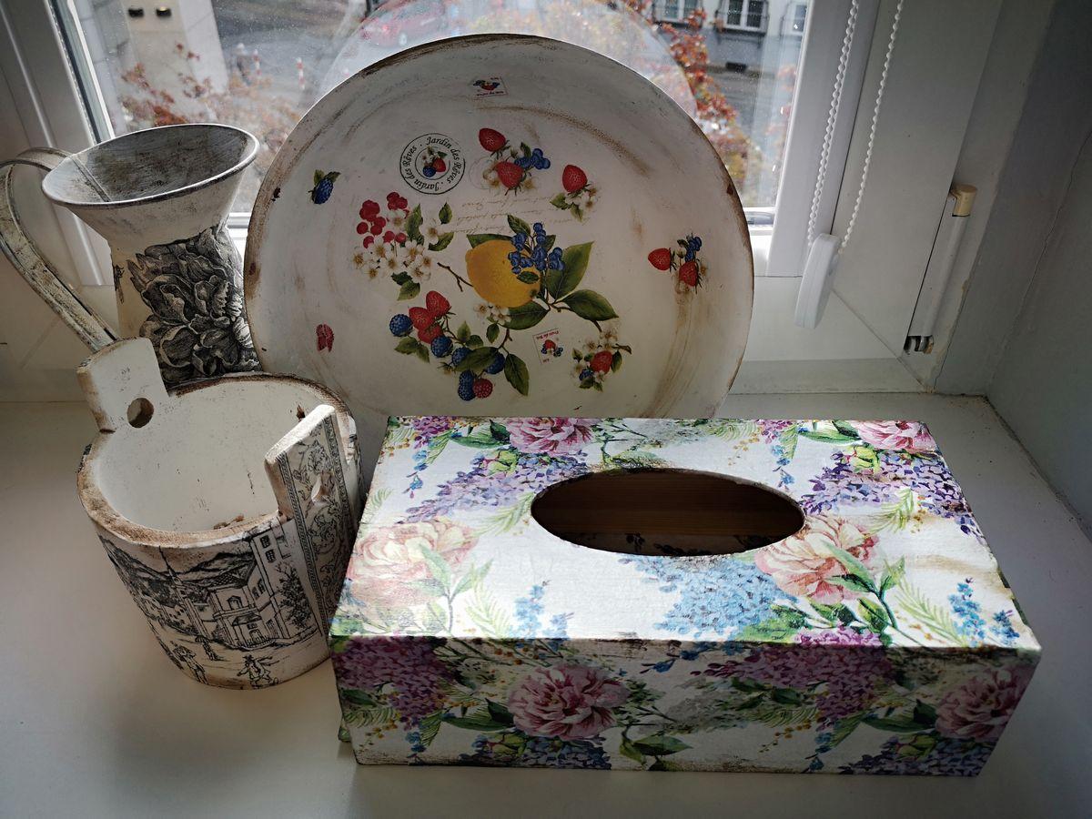 dzbanek, miska, pojemnik na sól i pudełko na chusteczki z recyklingu ozdobione metodą decoupage