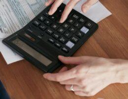 Zniżka w opłacie dla właścicieli nieruchomości zamieszkałych, których dochód nie przekracza kwoty uprawniającej do świadczeń pieniężnych z pomocy społecznej.